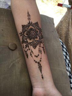 Wrist Mandala Small Tattoos Designs With Henna Henna Tattoo Hand, Henna Tattoos, Henna Tattoo Muster, Wrist Henna, Henna Ink, Henna Body Art, Henna Designs Arm, Mehndi Art Designs, Beautiful Henna Designs