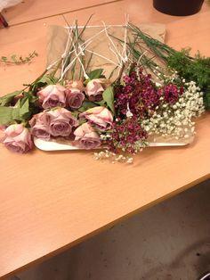 Først så stiftet jeg alle blomstene og tok på blomster teip