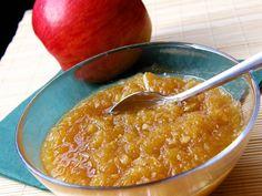Jablka nastrouháme, cibuli a česnek nasekáme na jemno. Vše dáme do kastrolu a rozdusíme. Přidáme ocet, cukr, koření a povaříme ještě cca 10 min.... Cheeseburger Chowder, Pesto, Macaroni And Cheese, Foodies, Soup, Pudding, Ethnic Recipes, Desserts, Tailgate Desserts