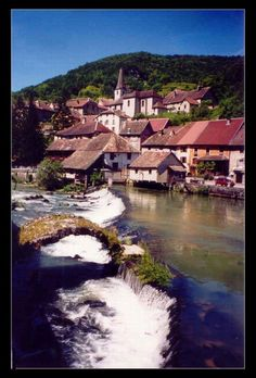 Zicht op het pittoreske plaatsje Ornans , gelegen aan een riviertje in de Franse Jura - Alpen en de Jura