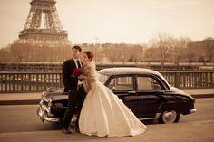 Paris elopement with a vintage car - Photo by Juliane Berry