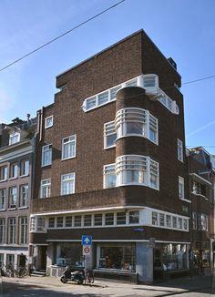 Vijzelstraat hoek Keizersgracht 660B, een hoog gebouw op een smal grondoppervlak, schuin tegenover De Bazel. Een gebouw van C.Kruyswijk (ook  bekend van de huizenblokken met arcades op het Victorieplein). Een opvallend gebouw met overduidelijke Amsterdamse School kenmerken. Afgeronde erkers op de hoeken, ladderramen. Zeer karakteristiek zijn de elkaar kruisende erkers c.q. ramen op de 3e etage met een (bijna) ingebouwde hijsbalk. In 1928 (tot 1967) vestigde zich hier apotheker Warmolts.