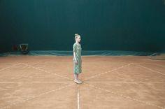 平凡空間的顛覆視角:攝影師Cristina Coral以日常中的突兀肢體,質疑人們的習慣性認知