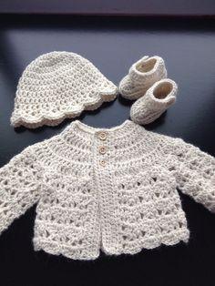 Crochet el sombrero botines conjunto de suéter de bebé en lana de alpaca natural. Recién nacido de tamaño.  Este conjunto incluye chaqueta, gorro y botines como en la imagen. Dulce Suéters, acentuado con pequeños botones de madera, que empareja el sombrero con un borde con volantes y botines de correa de tobillo con cierre de botón de madera. Un bonito set de fotos take me home, o para cualquier ocasión especial o salida.  Ganchillo de lana de alpaca suave sedoso. Fresco de lavado de mano…