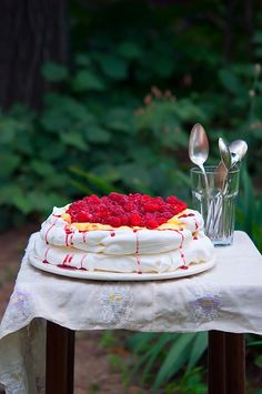 *SCROLL DOWN FOR ENGLISH VERSION* A venit momentul acela. Momentul maret in care in bucataria mea sa se coaca unul din cele mai nobile si rafinate deserturi (asa-mi place mie sa cred cel putin), pe… Raspberry Pavlova, Yummy Treats, Sweet Treats, Happy Foods, Cream Recipes, Food Styling, Sweet Tooth, Tasty, Sweets
