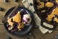 Slow Cooker Low-Fat Mixed Berry Cobbler is a jumble of summer berries and moist sweet cake combined in a winning dessert. Part cake, part cobbler, it's a dessert designed for scooping up and for serving in bowls! Dutch Oven Desserts, Dutch Oven Recipes, Ww Desserts, Dessert Recipes, Fruit Dessert, Easter Recipes, Summer Recipes, Blueberry Cobbler Recipes, Fruit Cobbler