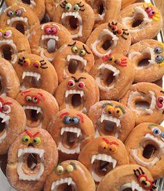 Donut monsters :) - Was Sie Für Die Party Wissen Müssen Halloween Donuts, Halloween Brownies, Halloween Breakfast, Halloween Fruit, Halloween Snacks For Kids, Halloween School Treats, Halloween Treats For Kids, Halloween Food For Party, Halloween Desserts