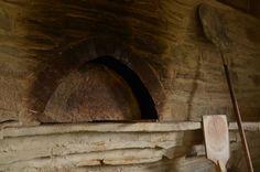 今日はこの窯の中で何が起きているのか説明をしてみたい。 これはパンのストーリーであり、ロマンであるのだ。 午前5時。大抵の場合この時間に起床し、私の一... Four A Pizza, Firewood, Oven, Painting, Atelier, Woodburning, Painting Art, Ovens, Paintings