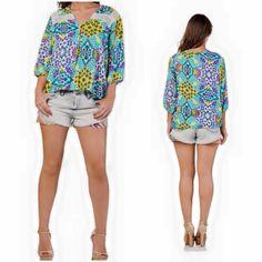 Blusa LEZaLEZ estampada com detalhe em guipir, com manga 3/4 e botões no decote. Tamanho: P