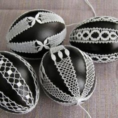 Bilderesultat for podvinek Easter Egg Pictures, Bobbin Lacemaking, Lace Art, Bobbin Lace Patterns, Lace Jewelry, Tatting Lace, Lace Making, Egg Decorating, Heart Patterns