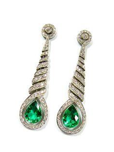 Ein Paar wunderschöne Art Déco Smaragd-Diamant-Ohrhänger um 1925, Platin