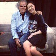 Liu Wen et Patrick Demarchelier http://www.vogue.fr/mode/mannequins/diaporama/la-semaine-des-tops-sur-instagram-semaine-du-16-juin/13908/image/773218#!liu-wen-et-patrick-demarchelier