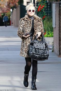 Gwen Stefani wears a leopard coat with a turtleneck, denim mini, Jimmy Choo moto boots and Chanel puffer bag. Foto Fashion, Star Fashion, Gwen Stefani Clothing, Gwen And Blake, Hollaback Girl, Gwen Stefani Style, Leopard Print Coat, Leopard Prints, Curvy Petite Fashion