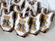 Lembrancinha sachê de cabide em formato de um Mini Body com cheirinho de bebê . Os Bodies são embalados individualmente em saquinho celofane transparênte, fechados por mini pregador de roupas e acompanhados de uma TAG redonda em tecido que poderá ser coordenado com o enxoval. Consulte sobre disponibilidade de cores e temas! Este produto é agendado de acordo com a data de nascimento do bebê, mantendo assim a integridade da essência. Em especial no tema URSO, o Body poderá ser personalizado…