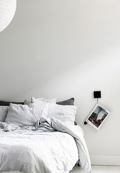 minimalist bedroom, linen and a really cozy looking bed