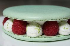 Surprises et gourmandises - Macaron aux fruits rouges et chantilly à la vanille