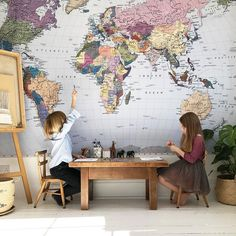 Travel Inspired Kids' Rooms for Mini Globetrotters Travel-inspired kids & # Room for mini Globetrotter Neutral Bedroom Decor, Nursery Decor, World Map Wallpaper, Deco Kids, Inspiration For Kids, Kid Spaces, My New Room, Boy Room, Girl Rooms
