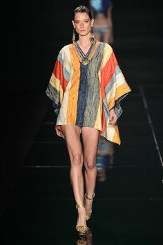 Silhueta em T - túnica, top ou vestido que é reto e largo com mangas no mesmo estilo. Quando fica aberto, forma a letra T.