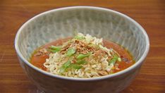 This quick and delicious pork Noodle and Curry broth recipe is perfect to cook on a cold night Pasta Recipes, Real Food Recipes, Cooking Recipes, Make Ahead Meals, Quick Meals, Masterchef Recipes, Khao Soi, Pork Noodles, Chicken Flavors