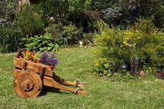 Декоративная деревянная тележка с цветами.