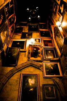 Hall of Portraits of the one which is held in the one which you can do this Mundo Harry Potter, Harry Potter World, Harry Potter Hogwarts, Harry Potter Christmas Decorations, Slytherin Aesthetic, Harry Potter Pictures, Harry Potter Wallpaper, Harry Potter Universal, Draco Malfoy