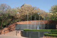Rond het Voortrekkersmonument zijn verschillende andere monumenten geplaatst, veelal voor legeronderdelen. Foto: G.J. Koppenaal - 9/10/2014. Pretoria, Sidewalk, Museum, Jacaranda Trees, Walkways, Museums, Pavement