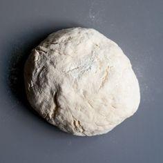 Cel mai simplu aluat de pizza. Nici macar nu trebuie sa-l lasi la crescut. Si e gata in vreo 5 minute.