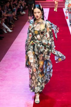 See all the Collection photos from Dolce & Gabbana Spring/Summer 2018 Ready-To-Wear now on British Vogue Fashion Week 2018, All Fashion, Spring Fashion, Fashion Sewing, Milan Fashion, Fashion Brands, Dolce & Gabbana, Fashion Show Collection, Spring Summer 2018