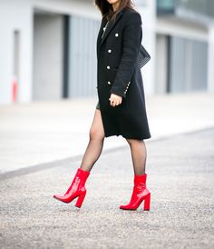 #military #militarycoat #manteauofficier #fishnet #redshoes #redalert #redboots #fashion #fashiontrends #fashionblogger #fashioninspiration #fashionstyle #trendyholyblog