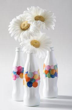 Recycle old Coke bottles into DIY confetti vases - all you need is a little bit of spray paint and Mod Podge. This craft is so easy!