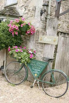Lovely vignette of flowers and aqua bicycle Old Bicycle, Bicycle Art, Old Bikes, Bicycle Decor, Velo Vintage, Vintage Bicycles, Flower Basket, Garden Art, Beautiful Flowers