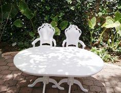 Mesa de novios con sillas glam y mesa ovalada