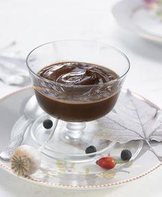 Hervir los copos de agar-agar en agua hasta que se disuelvan. Mientras, batir la leche de soja, el cacao, el café de cereales y un poco de sal hasta que quede homogéneo. Calentar la mezcla con el sirope de arroz en un ca...