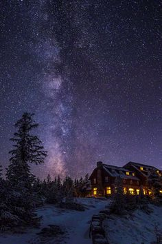 plasmatics-life:  Crater Lake Lodge under Milky Way ~ By Marcelo Castro