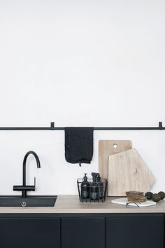 Kitchen Makeover Inspiration {Traditional Meets Contemporary} Matte Black Kitchen Hardware And Taps - Source: The Design Chaser Design Scandinavian, Scandinavian Kitchen, Black Kitchens, Home Kitchens, Kitchen Black, Kitchen Wood, Luxury Kitchens, Kitchen Sink, Kitchen Ideas