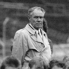 Voetbalhistorie: Rinus Michels. De Generaal wordt gezien een van de beste coaches aller tijden - de FIFA koos hem als beste trainer van de twintigste eeuw. Michels is daarnaast de grondlegger van het 'totaalvoetbal' waarmee Oranje in 1974 (net als Ajax eerder) furore maakte. Rinus werd in 1988 Europees kampioen met het Nederlands elftal. Hij stierf op 3 maart 2005.