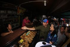 CAPRILES EN EL ZULIA Maracaibo, 23/08/2014.- Este sábado, la Tierra del Sol Amada se llenó de esperanza con el mensaje de unión y cambio que llevó el líder de la Unidad Democrática, Henrique Capriles, quien recorrió casa por casa los sectores Pinto Salinas y José Alí Lebrun al oeste de Maracaibo.