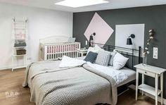dormitorio-decorado-en-gris-y-rosa-mesitas-blancas-ikea