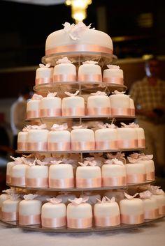 Fabulous wedding cake. Purple Wedding Cakes, Wedding Cakes With Cupcakes, Beautiful Wedding Cakes, Beautiful Cakes, Gold Wedding, Floral Wedding, Mini Cakes, Cupcake Cakes, Wedding Cake Inspiration