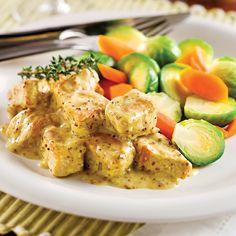 Préchauffer le four à 190°C (375°F). Tailler les cubes de porc en petits dés. Dans un grand bol, mélanger la moutarde avec les oignons, le bouillon de légumes et la farine. Saler et poivrer...