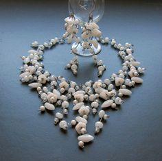 Bílé třepení s kvítky TŘEPENÍ NA NÝTECH STŘÍBRNÉ BARVYNAJDETE ZDE. Tento náhrdelník momentálně není k dispozici, ale mohu Vám na míru vyrobit podobný. Luxusní a velmi zdobný drátovaný náhrdelník a náušnice z nerezového 0,7 mm drátu a bílých rokailových a mačkaných korálků. Velikost mačkaných kvítků cca 0,7 cm. Délka náhrdelníku bude upravena dle ...