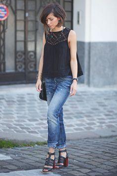 Tenue féminine en jean's : top avec détails en dentelles + jean's + sandales à talon