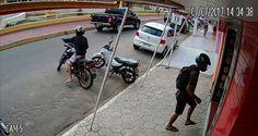 Uma loja de celulares, localizada no centro de Tabira, foi assalta por dois homens em uma moto.