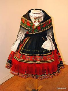 Hungarian Embroidery Costume and Embroidery of Sárköz, Hungary Vintage Dresses, Vintage Outfits, Vintage Fashion, Costumes Around The World, Vintage Jewelry Crafts, Hungarian Embroidery, Folk Dance, Folk Costume, Ethnic Fashion