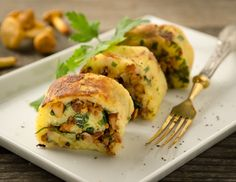 Eierschwammerlroulade Rezept Vegetarian Cooking, Healthy Cooking, Vegetarian Recipes, 300 Calorie Lunches, Great Recipes, Favorite Recipes, Low Carb Diet, Savoury Dishes, Creative Food