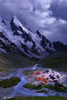 Le pic Laila est une montagne située dans la vallée de Hushe à proximité du glacier Gondogoro dans la chaîne du Karakoram, dans la région autonome du Gilgit-Baltistan, au Pakistan. Il a une altitude de 6 096 mètres.