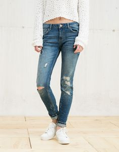 BSK cropped and ripped low waist jeans - Denim Collection - Bershka Romania