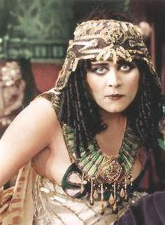Theda Bara : Cleopatra in color Old Hollywood Glamour, Golden Age Of Hollywood, Hollywood Stars, Classic Hollywood, Vintage Hollywood, Silent Film Stars, Movie Stars, Olive Thomas, Vintage Photos Women