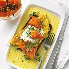 Toll als Frühstück oder Lunch - zum Beispiel zum Mitnehmen ins Büro. Lachs, Frischkäse und Ei liefern den Sattmacher Eiweiß, Papayastücke sorgen für den fruchtigen Kick. Foto: Thomas Neckermann
