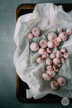 Discover recipes, home ideas, style inspiration and other ideas to try. Meringue Recept, Meringue Roulade, Vegan Meringue, Strawberry Meringue, Meringue Desserts, Chocolate Meringue, Meringue Cookies, Swiss Meringue, Cooking Photography